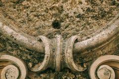 Anneaux de mariage sur l'architecture en pierre antique Bijoux de mariage Photo stock