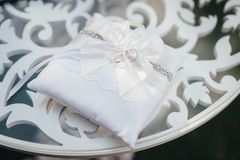 Anneaux de mariage sur l'oreiller blanc sur la table de cérémonie Photo stock