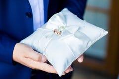 Anneaux de mariage sur l'oreiller de dentelle Photo libre de droits