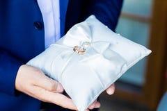 Anneaux de mariage sur l'oreiller de dentelle Photographie stock libre de droits