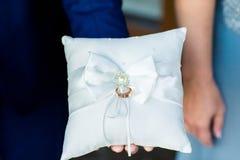 Anneaux de mariage sur l'oreiller de dentelle Image libre de droits