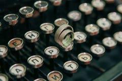 Anneaux de mariage sur la machine à écrire photographie stock libre de droits