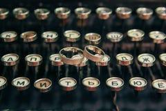 Anneaux de mariage sur la machine à écrire photo libre de droits