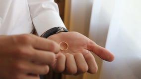 Anneaux de mariage sur la paume du marié, proposition de mariage banque de vidéos