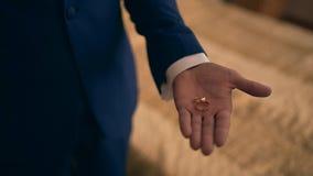 Anneaux de mariage sur la paume du marié, proposition de mariage clips vidéos