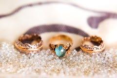 Anneaux de mariage sur la pelote à épingles avec des perles Image libre de droits