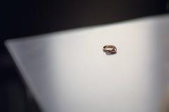 Anneaux de mariage sur la surface brouillée Images stock