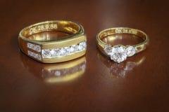 Anneaux de mariage sur la table en bois Photo libre de droits