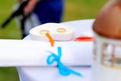 Anneaux de mariage sur la table extérieure Photographie stock libre de droits