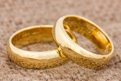 Anneaux de mariage sur la toile de jute Photographie stock