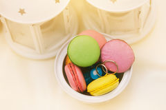 Anneaux de mariage sur la variété de macarons Photos stock