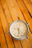 Anneaux de mariage sur la vieille horloge mécanique Photographie stock libre de droits
