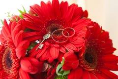 Anneaux de mariage sur le bouquet Photo stock