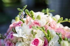 Anneaux de mariage sur le bouquet de mariage Image stock