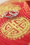 Anneaux de mariage sur le chapeau d'ao Dai Photographie stock libre de droits