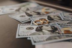 Anneaux de mariage sur le fond d'argent photos libres de droits