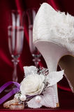 Anneaux de mariage sur le fond d'une paire de verre à vin Image stock