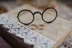 Anneaux de mariage sur le livre Image libre de droits