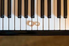 Anneaux de mariage sur le piano Photo libre de droits