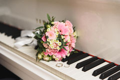 Anneaux de mariage sur le piano photo stock