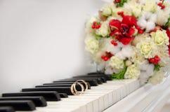 Anneaux de mariage sur le piano photos libres de droits