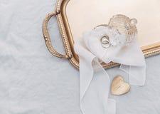 Anneaux de mariage sur le plateau d'or, photo stock
