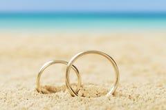 Anneaux de mariage sur le sable Image libre de droits
