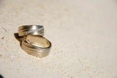 Anneaux de mariage sur le sable Images libres de droits