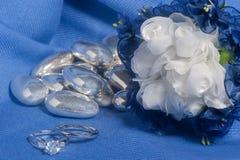 Anneaux de mariage sur le tissu coloré Photos stock