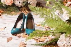 Anneaux de mariage sur les chaussures vertes de suède Photographie stock libre de droits