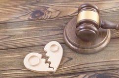 Anneaux de mariage sur les moitiés de coeur du bois Photos libres de droits