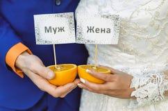 Anneaux de mariage sur les oranges Photo stock