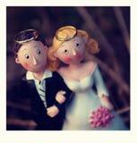 Anneaux de mariage sur les têtes images stock