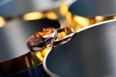Anneaux de mariage sur les verres en métal Photographie stock