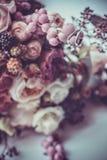 Anneaux de mariage sur un bouquet des fleurs colorées Photos stock