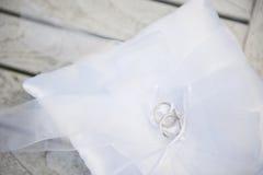 Anneaux de mariage sur un coussin blanc Image libre de droits