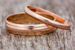 Anneaux de mariage sur un fond en bois Images libres de droits
