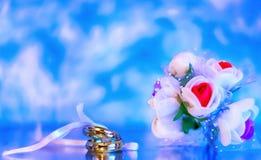 Anneaux de mariage sur un fond fascinant Photographie stock