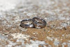 Anneaux de mariage sur un mur en pierre Photographie stock libre de droits
