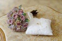 Anneaux de mariage sur un oreiller Image stock