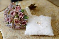 Anneaux de mariage sur un oreiller Photographie stock libre de droits
