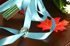 Anneaux de mariage sur un ruban bleu photographie stock