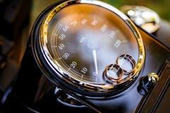 Anneaux de mariage sur un tachymètre de moto Images libres de droits