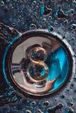 Anneaux de mariage sur une surface plaquée par chrome baisses de l'eau avec des réflexions de lumière le fond 3d rendent éclabous Photographie stock