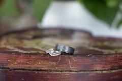 Anneaux de mariage sur une table de ferme Image libre de droits