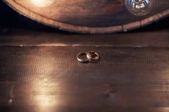Anneaux de mariage sur une table en bois Images stock