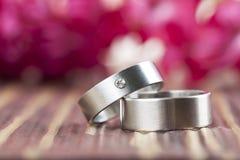 Anneaux de mariage titaniques Photographie stock