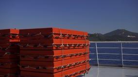 Anneaux de vie sur un bateau près d'une île un jour ensoleillé banque de vidéos