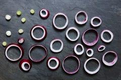 Anneaux des oignons rouges et des oignons blancs Photo stock
