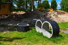 Anneaux en pierre de grand ciment concret de rond pour la construction des puits d'eaux d'égout pendant la construction de la mai images stock